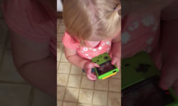 Видео: Девочка не понимает, почему на старом тетрисе нет сенсорного экрана!