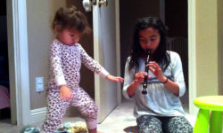 Видео: Девочка танцует под слышимую только ей музыку!