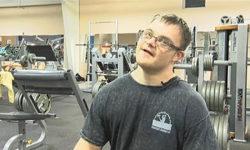 Видео: Парень с синдромом Дауна стал бодибилдером!